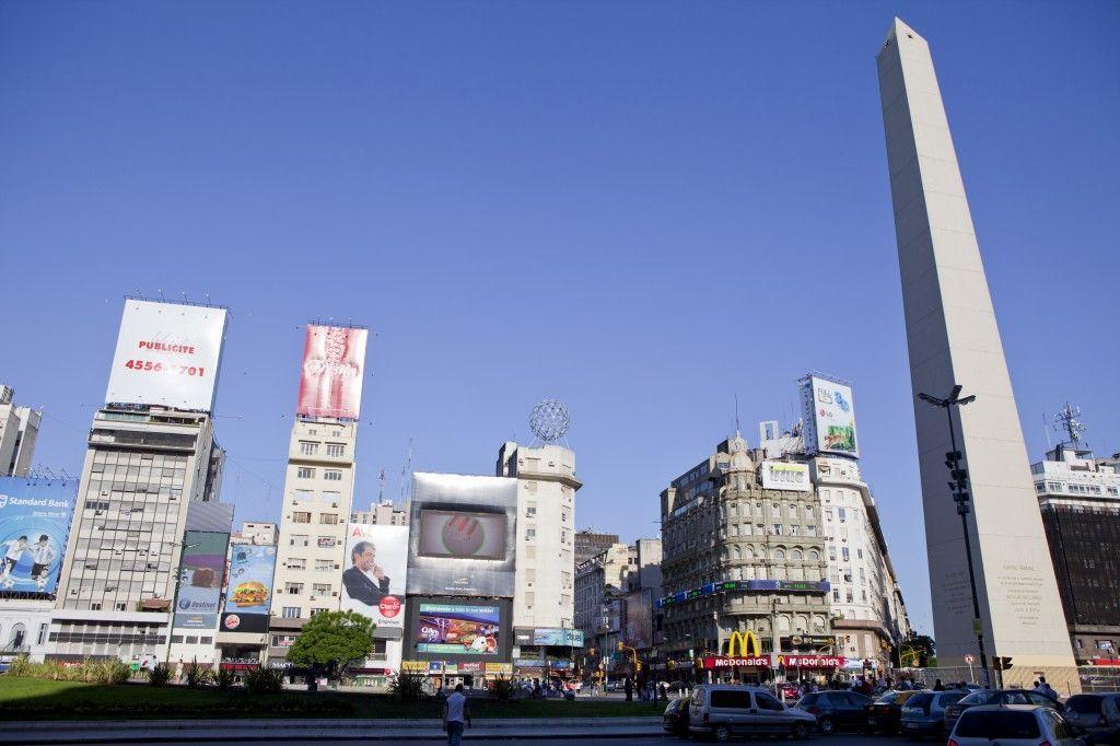 Avenida 9 de Julio y el Obelísco, símbolos turísticos de Buenos Aires