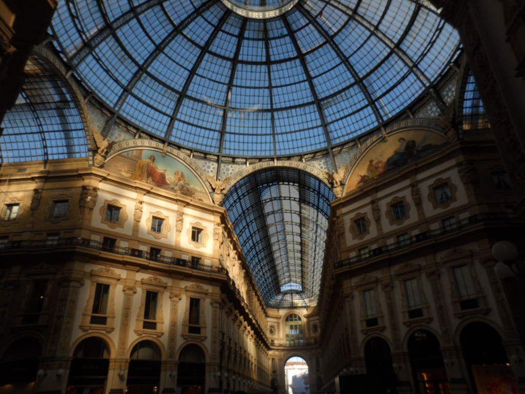 Interior de la galería Vittorio Emanuele en Milán