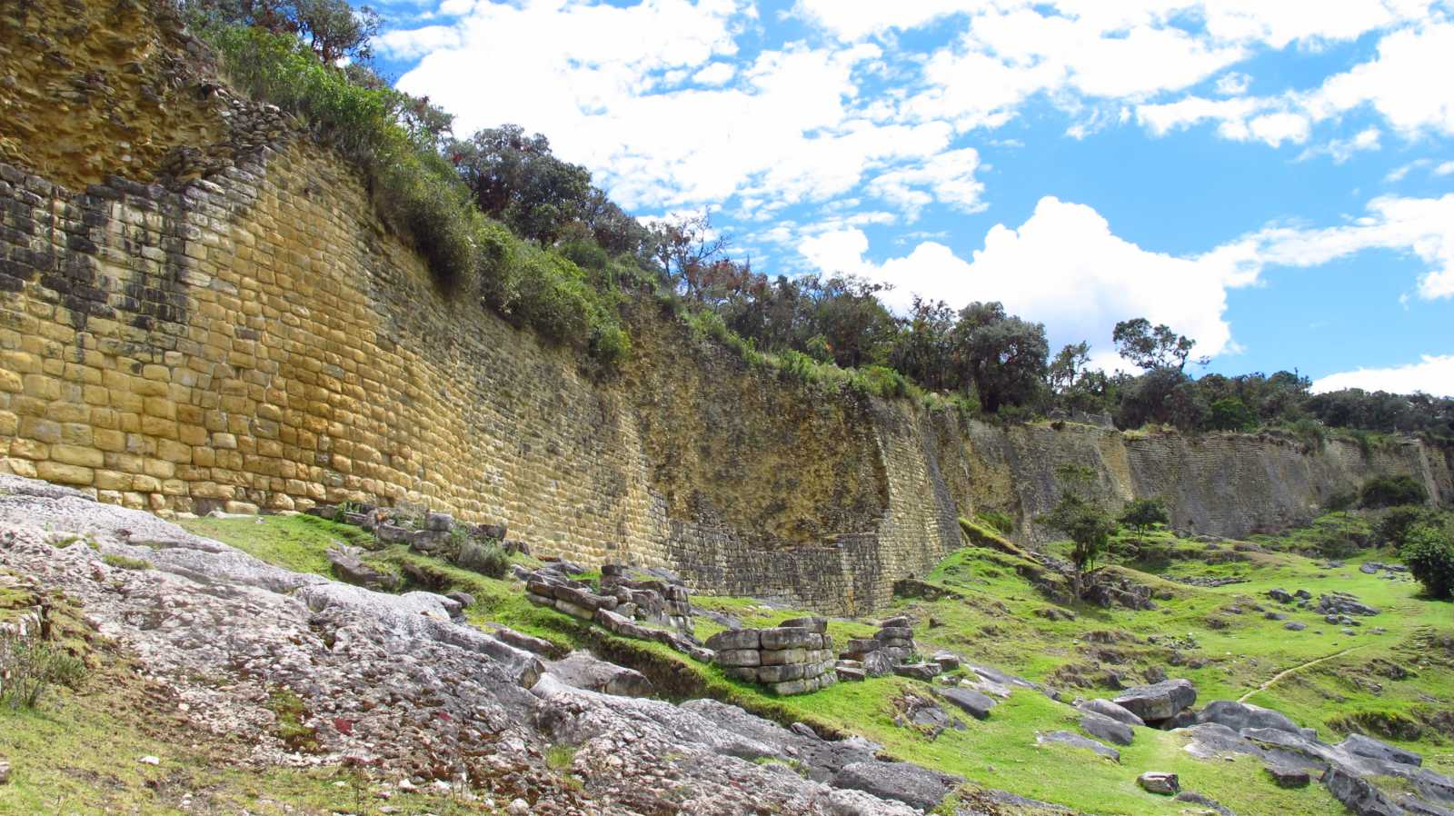 El muro de 20 mts de alto y 13 kms que protege las ruinas de Kuelap