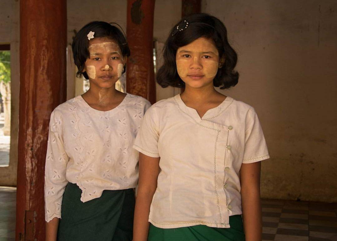 Las niñas de la foto nos han pedido dinero después de posar para la misma