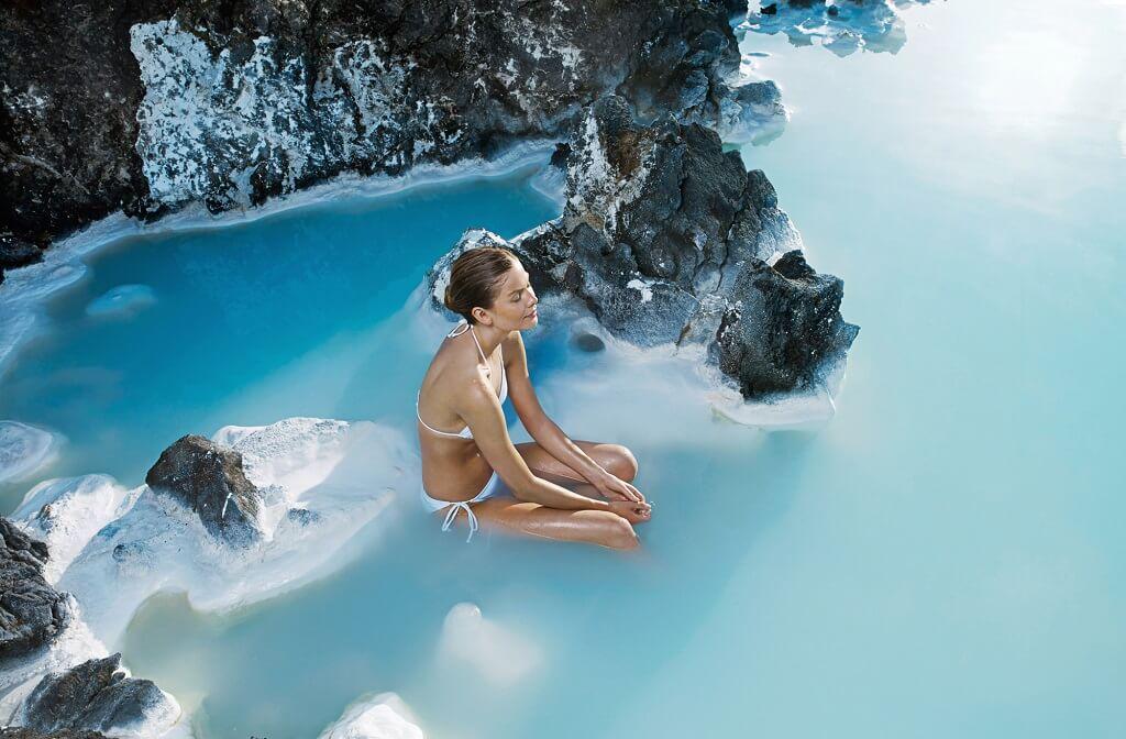 """Termas naturales en Islandia. La """"Blue Lagoon"""" es un imperdible."""